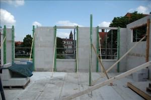 raam met uitzicht op kerk